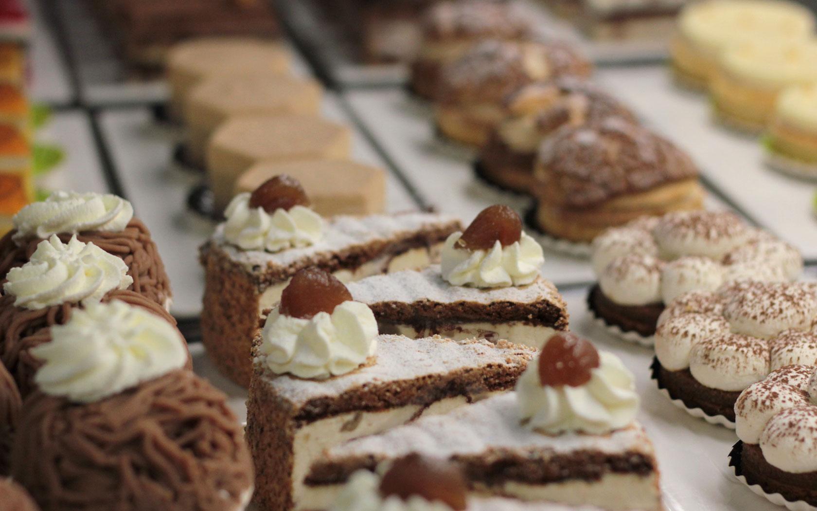 Desserts en vitrine de la patisserie Schaal & Co