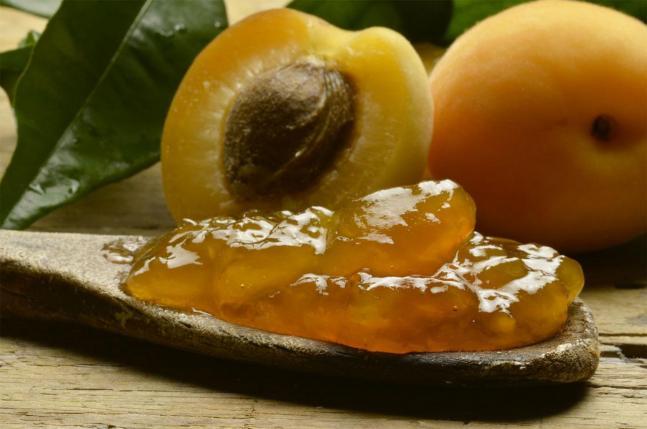 Confitures d'abricots frais.