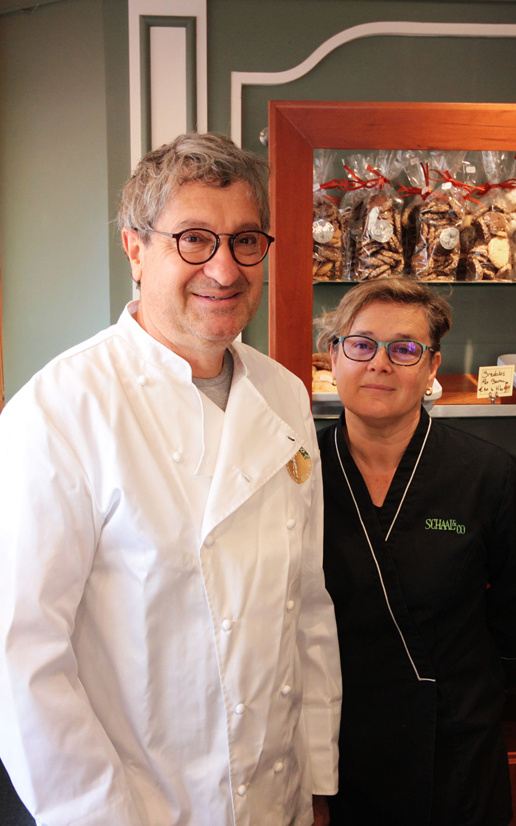 Rémy Schaal et sa femme, Isabelle, dans la boutique de Ribeauvillé.
