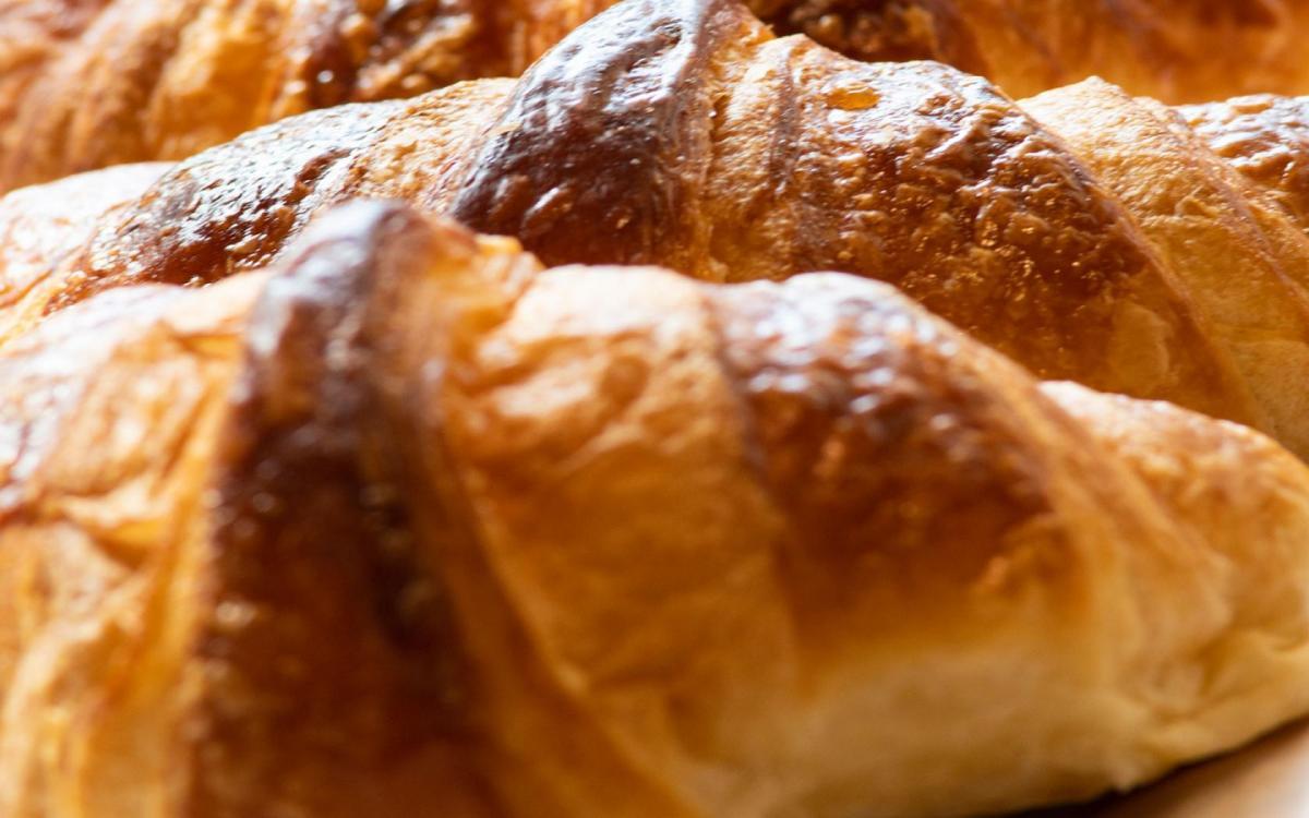 Croissants présentés dans la vitrine